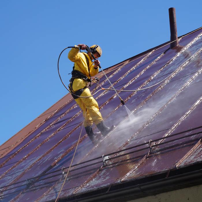Čistenie povrchu strechy od starých náterov a mastôt.